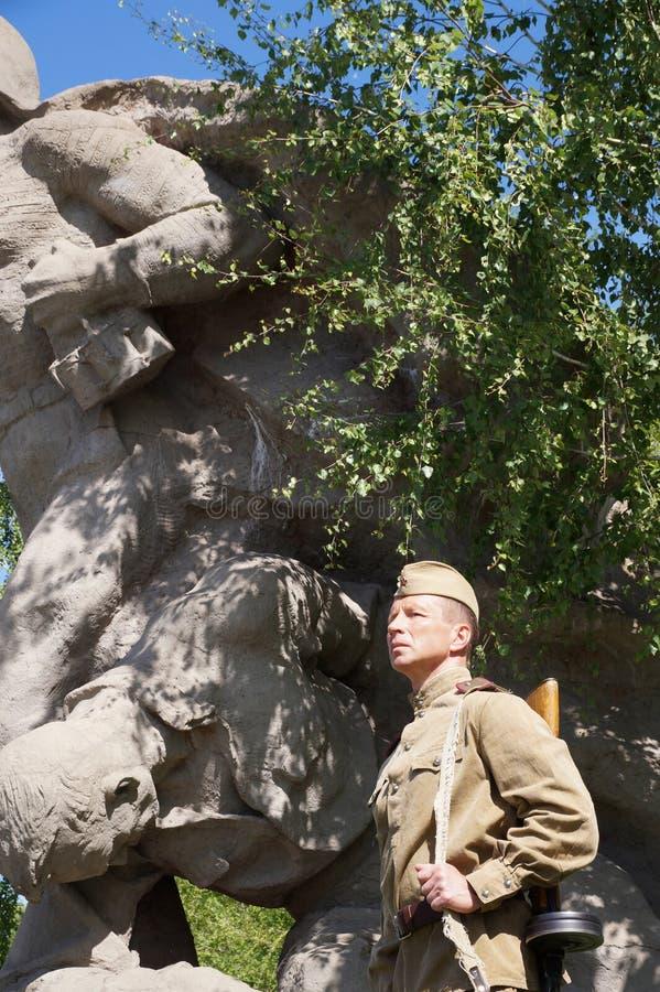 Vechter van Rood Leger in de vorm van tijden van Wereldoorlog II bij h stock foto's
