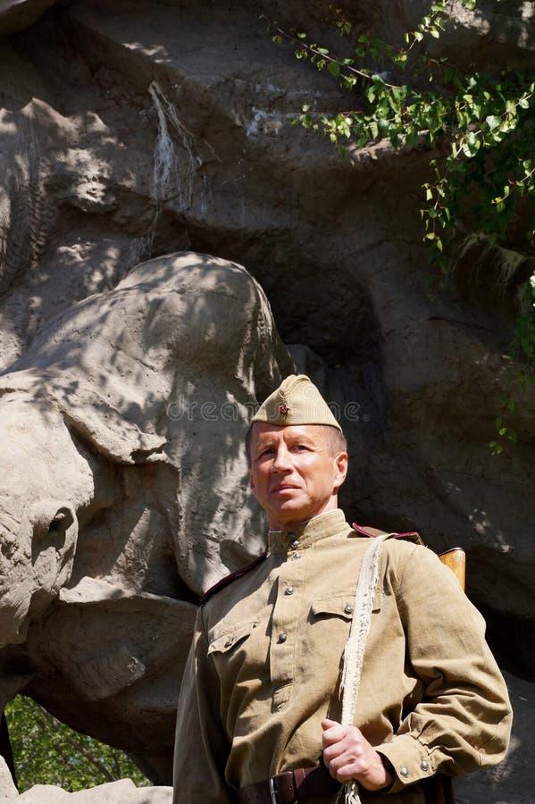 Vechter van Rood Leger in de vorm van tijden van Wereldoorlog II bij h stock afbeelding