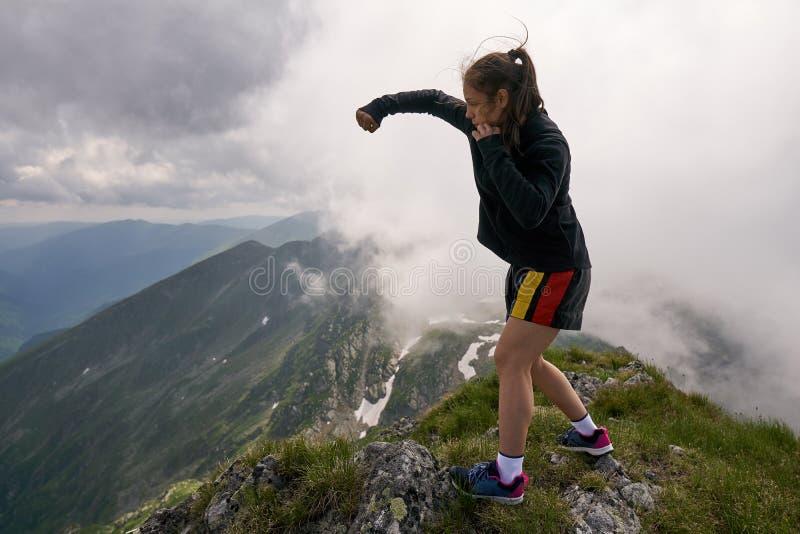 Vechtersmeisje op de berg royalty-vrije stock afbeeldingen