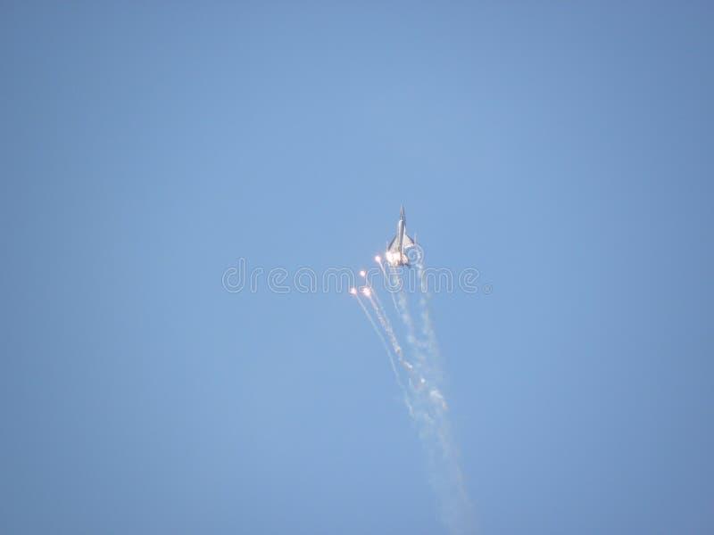 Vechtersvliegtuigen die vuurbollen schieten tijdens een luchttentoonstelling stock fotografie