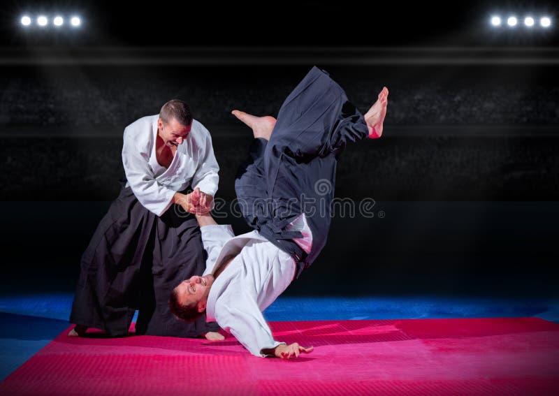 Vechtsportenvechters bij sporthal stock fotografie