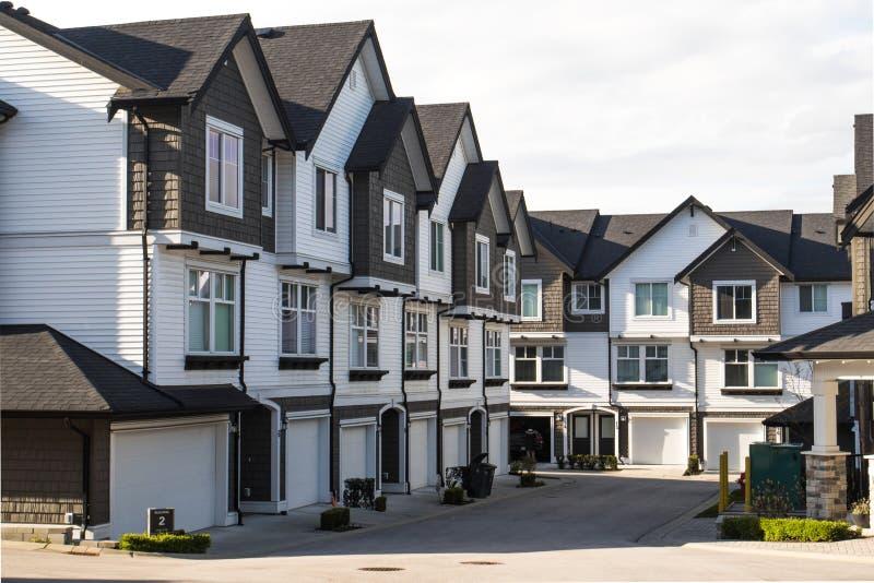 Vecindad agradable y cómoda Casas urbanas en las afueras de Canadá Propiedades inmobiliarias florecientes fotos de archivo libres de regalías