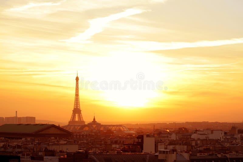Vecindad de París en la puesta del sol imagen de archivo
