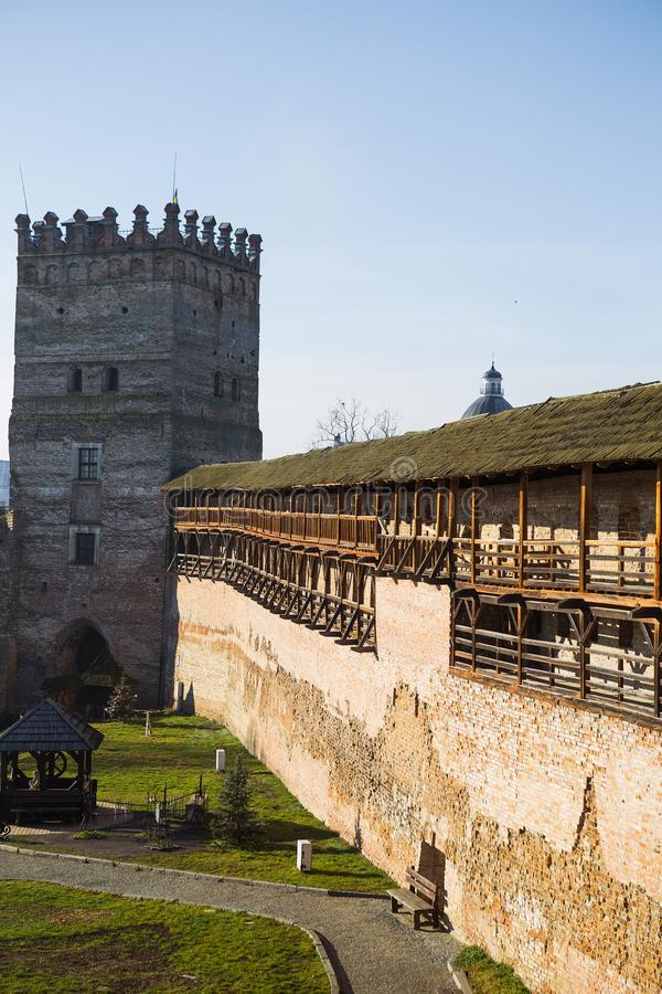 Vecindad del castillo viejo de Lubart en Lutsk soleado fotos de archivo
