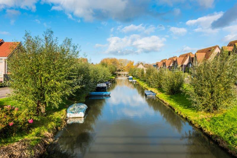 Vecindad moderna con el canal en Bovenkarspel Países Bajos fotografía de archivo libre de regalías