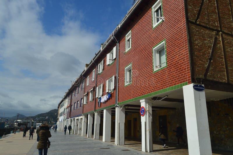 Vecindad pintoresca del puerto en San Sebastian With Its Colorful Buildings Naturaleza del viaje de la arquitectura imágenes de archivo libres de regalías