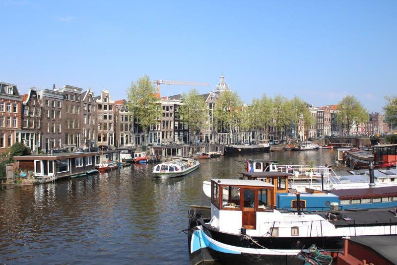 Vecindad pintoresca en el coraz?n de Amsterdam con algunas reflexiones asombrosas foto de archivo