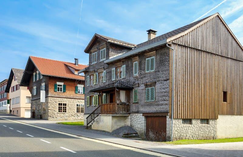 Vecindad residencial Pueblo de Alberschwende, estado de Vorarlberg imagen de archivo libre de regalías
