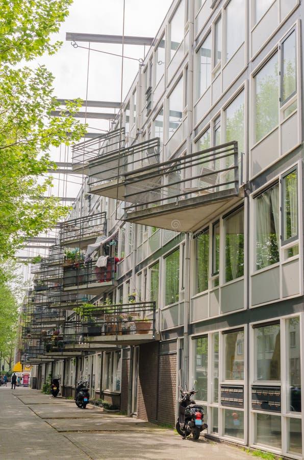 Vecindades de la zona este de Amsterdam Oost Vista de la fachada de la casa con los balcones inusuales del triángulo hunging en l fotografía de archivo libre de regalías