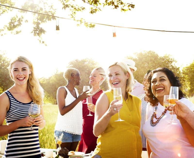 Vecinos diversos que beben concepto de la yarda del partido fotografía de archivo libre de regalías
