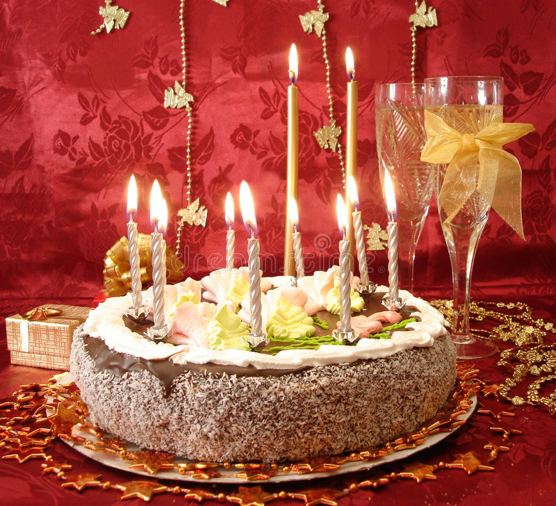 Vector celebrador (torta y velas, dos vidrios con champán, imagenes de archivo
