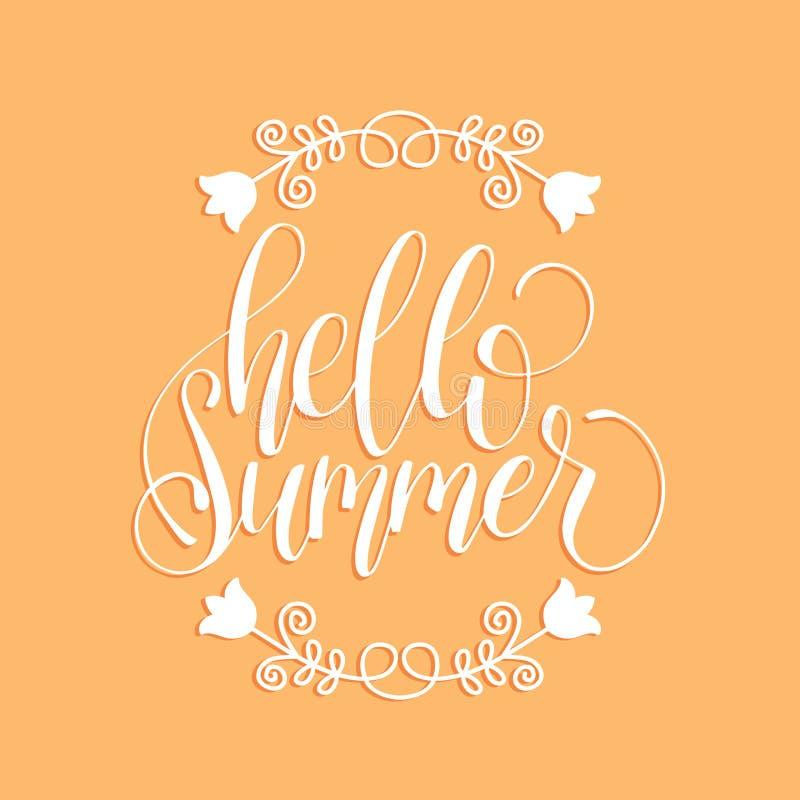 Vector ciao l'iscrizione della mano dell'estate per la carta dell'invito o accogliere Calligrafia sul fondo dell'albicocca manife illustrazione vettoriale