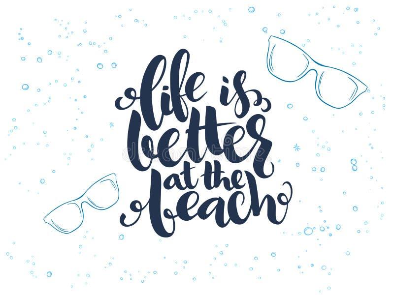 Vector Handbeschriftungs-Sommertext über Meer mit Gekritzelsonnenbrillen und -blasen lizenzfreie abbildung