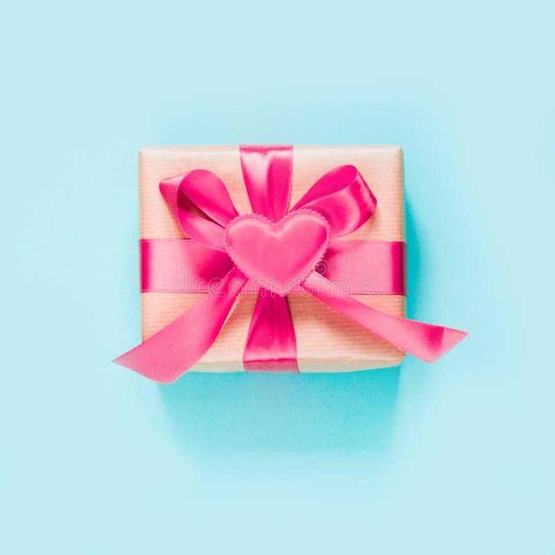 Vector illustratie gestileerd groen hart Gift met roze lint en hart op blauwe oppervlakte Hoogste mening Vierkant beeld stock afbeelding
