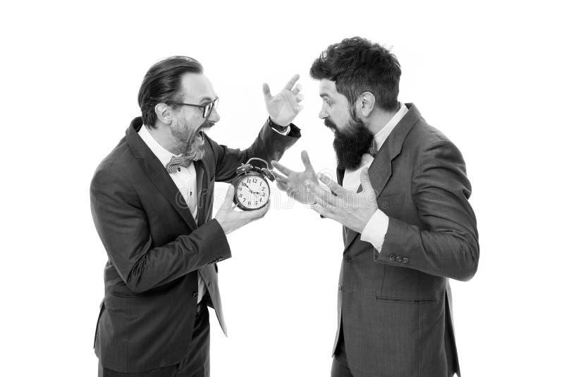 Vector moderne illustratie in vlakke stijl met de mannelijke chronometer van de handholding rijpe gebaarde mensen in de formele w royalty-vrije stock foto's