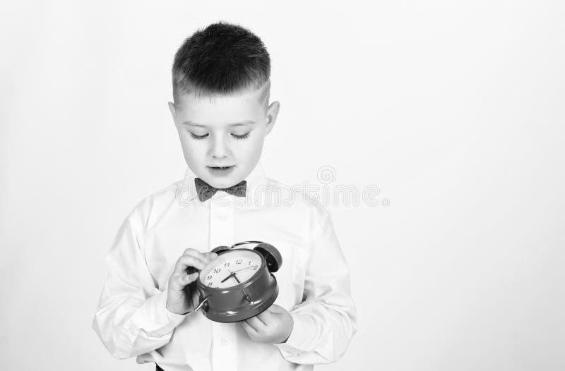 Vector moderne Illustration in der flachen Art mit der m?nnlichen Hand, die Stoppuhr h?lt Morgen wenig Junge mit Wecker Zeit sich lizenzfreies stockfoto