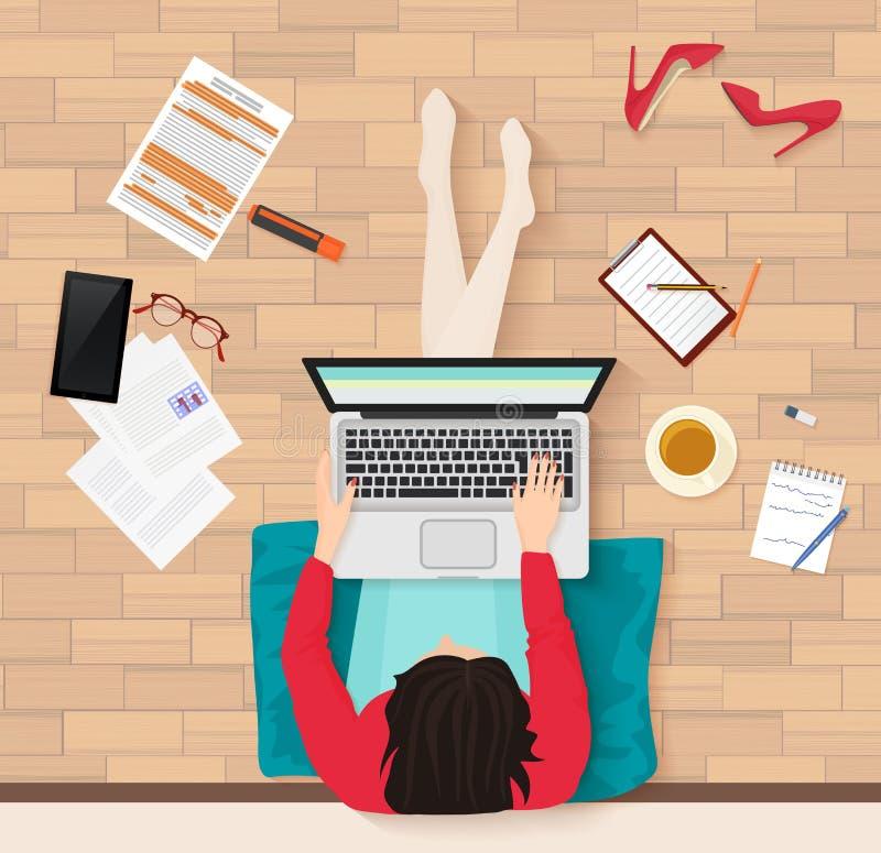 Vector a opinião superior a jovem mulher que senta-se no assoalho com o local de trabalho do portátil e dos elementos Escritório, ilustração do vetor