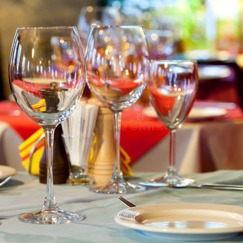Vector servido con los vidrios de vino imagen de archivo libre de regalías