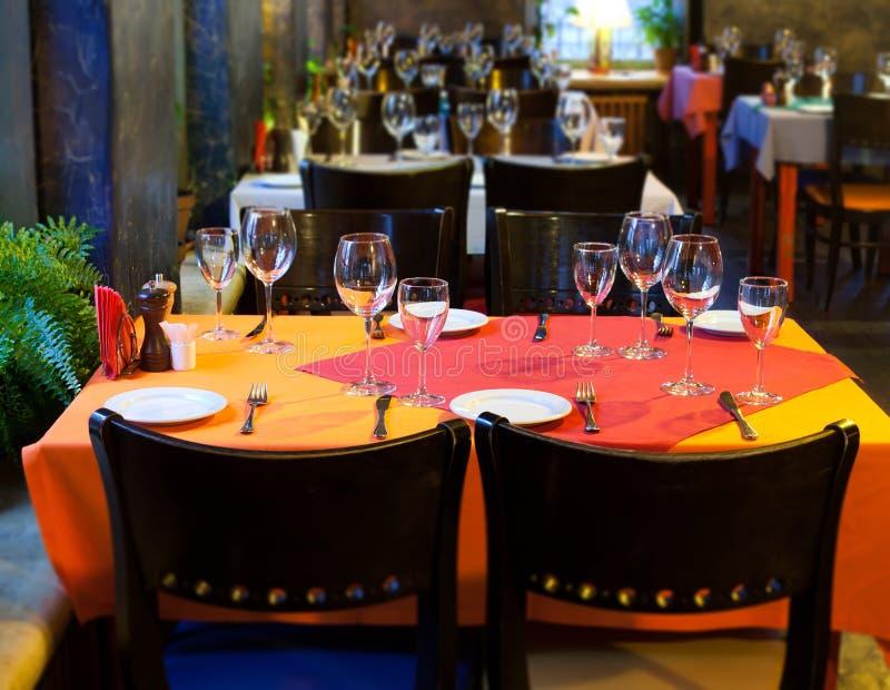 Vector servido en restaurante utensilios de los cubiertos for Utensilios de restaurante