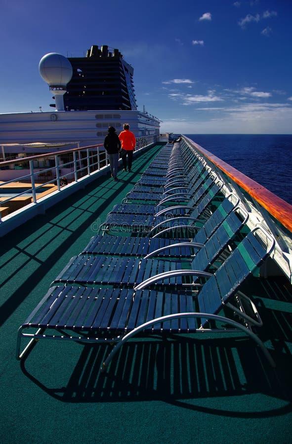 Vector y sillas de cena con la opinión de océano imagen de archivo