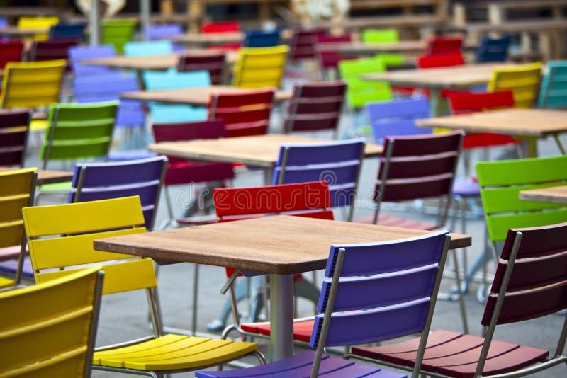 Vectores vacíos y sillas coloreadas en una calle fotos de archivo libres de regalías
