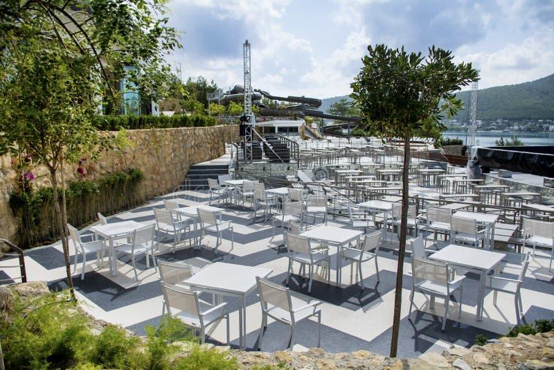 Vectores y sillas blancos Restaurante al aire libre foto de archivo libre de regalías