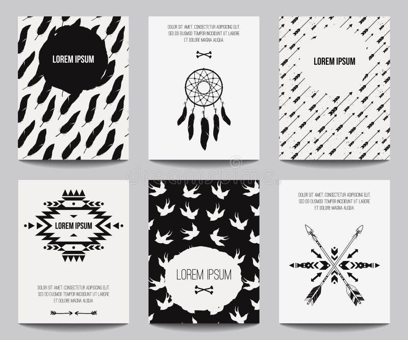Vectorreeks moderne affiches met stammenelementen: etnische ornamenten, pijlen, droomvanger, veren stock illustratie