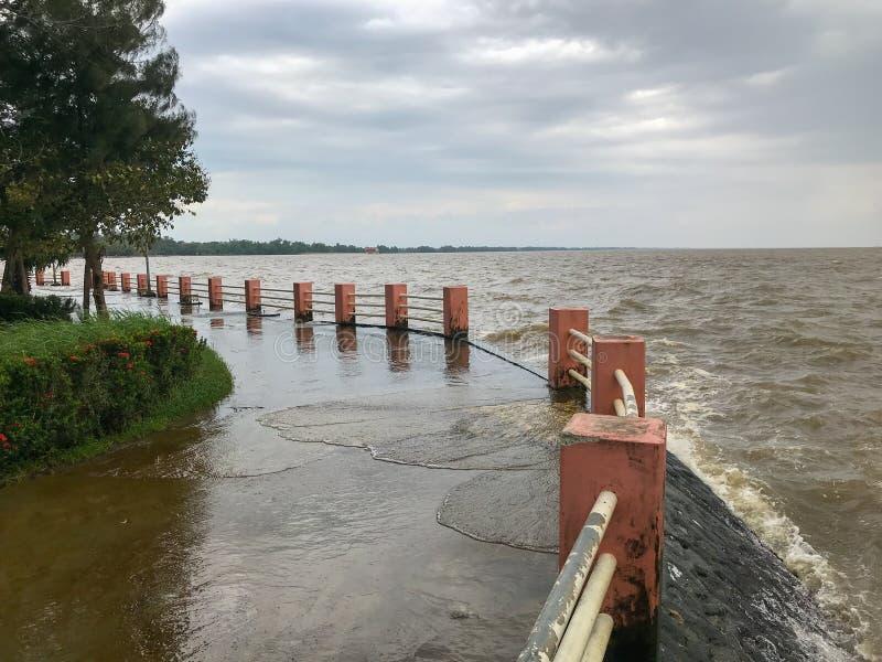 vedação e caminho com nuvens no mar costeiro em Phatthalung, Tailândia imagem de stock