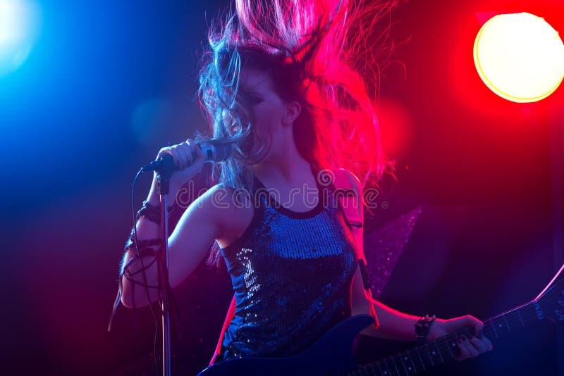Vedette du rock chantant sur l'étape images stock