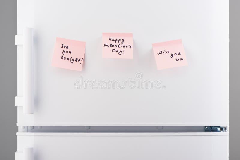 Vedivi stasera, giorno di S. Valentino felice, note di mancanza sul frigorifero immagini stock libere da diritti