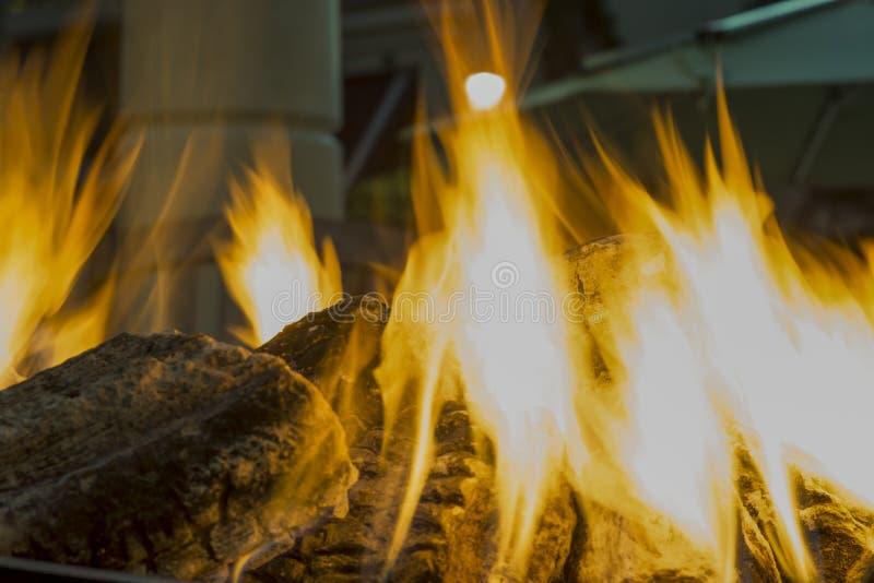Vedträt flammar brasan arkivfoto