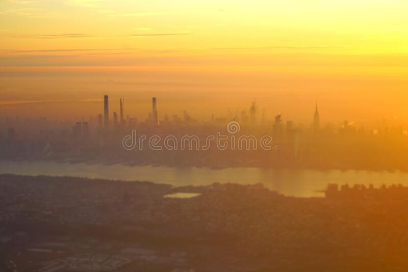 Veduta aerea dell'alba sulla linea sciistica di Manhattan a New York fotografie stock