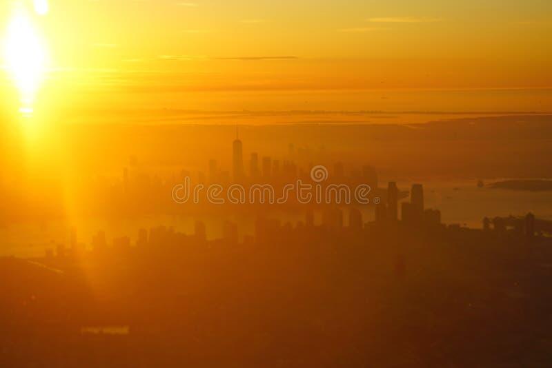 Veduta aerea dell'alba sulla linea sciistica di Manhattan a New York fotografia stock libera da diritti