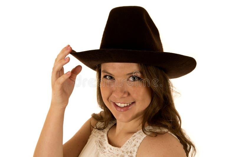 Veedrijfster die het witte kleding en cowboyhoed glimlachen dragen royalty-vrije stock fotografie