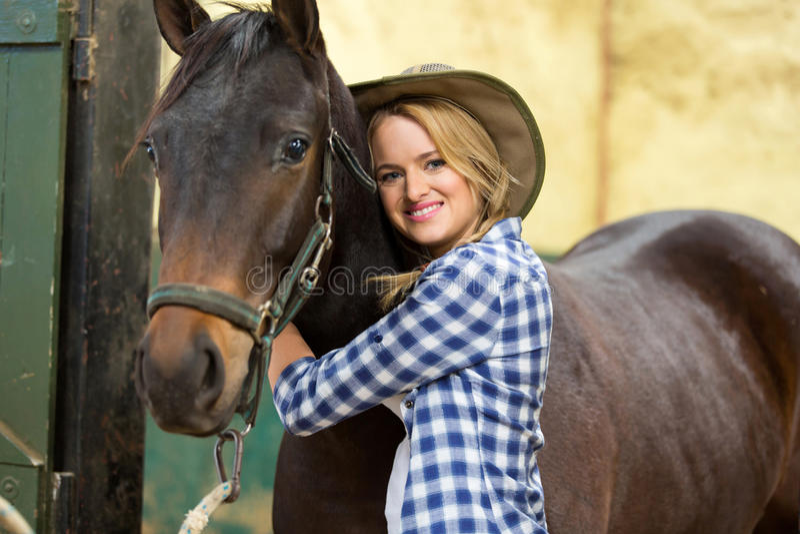 Veedrijfster die paard koesteren royalty-vrije stock fotografie