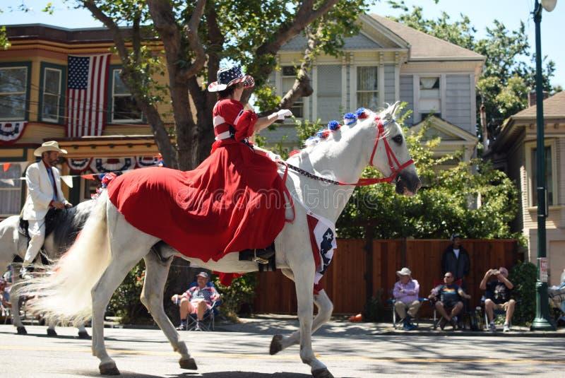 Veedrijfster op paard stock afbeeldingen