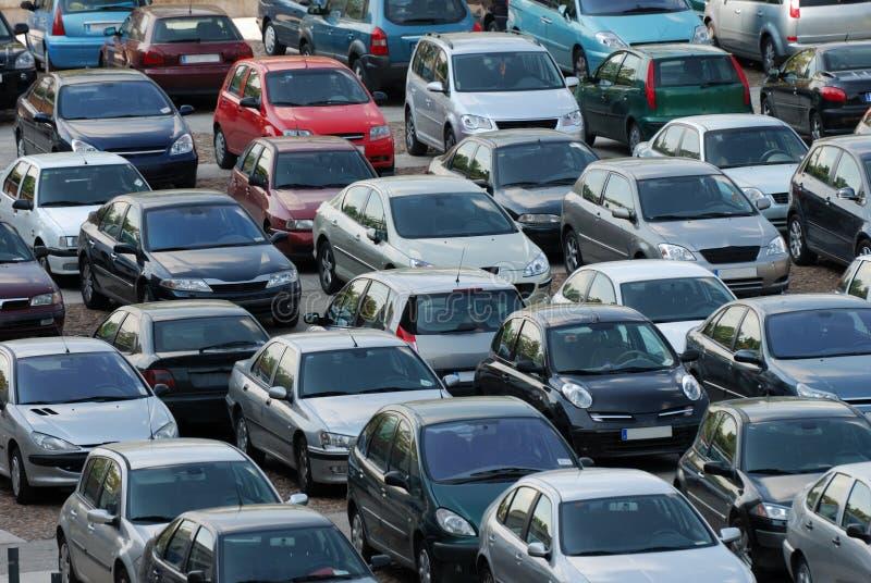 Veel auto's het parkeren stock foto