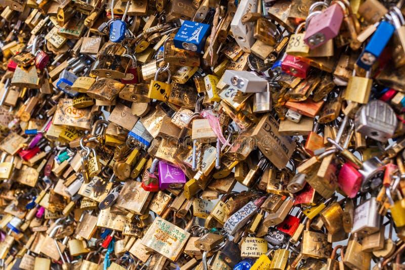 Veel die Hangsloten op Brug over de Zegen, Parijs Frankrijk, Liefde en Vertrouwen symboliseren royalty-vrije stock foto