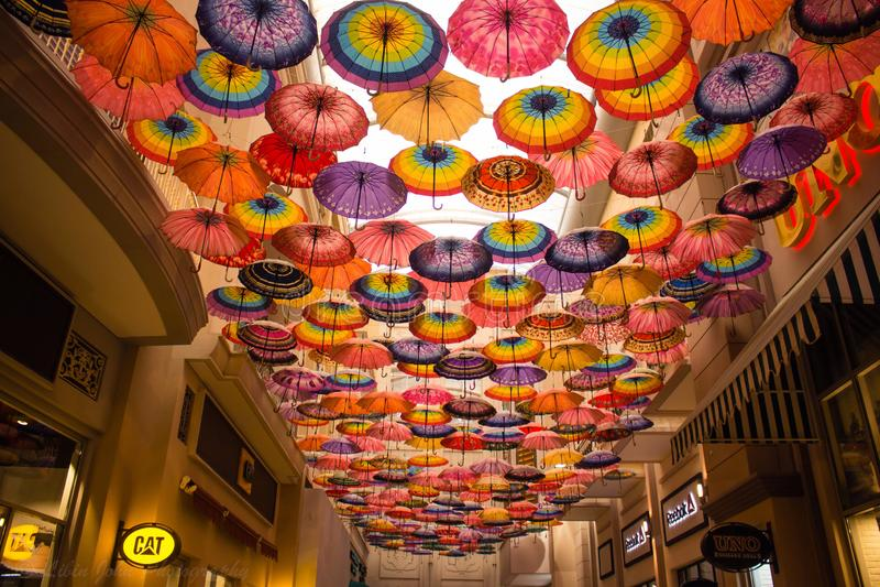 Veel die paraplu de hemel op de Wandelgalerij van Doubai kleuren stock fotografie