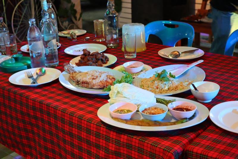 Veel diner op de lijst, gezet op een plaat royalty-vrije stock afbeelding