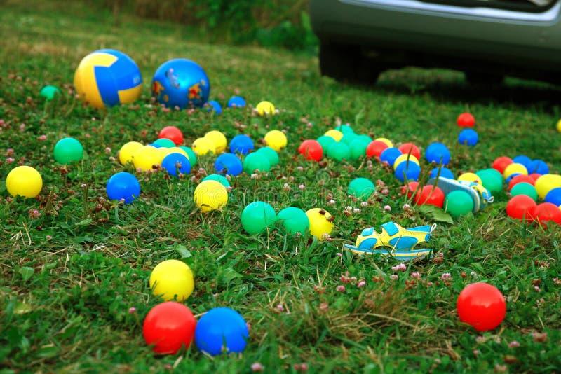 Veel-gekleurde ballen op gras royalty-vrije stock foto