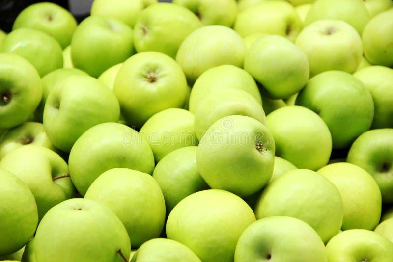 Veel groene appelen in de doos, achtergrond Goede oogst royalty-vrije stock fotografie