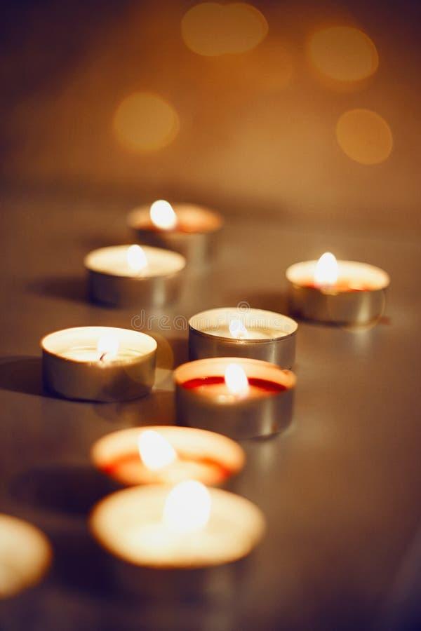 Veel het branden van kaarsen van verschillende kleuren royalty-vrije stock foto