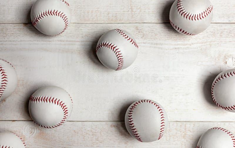 Veel honkbalballen op witte houten achtergrond stock foto