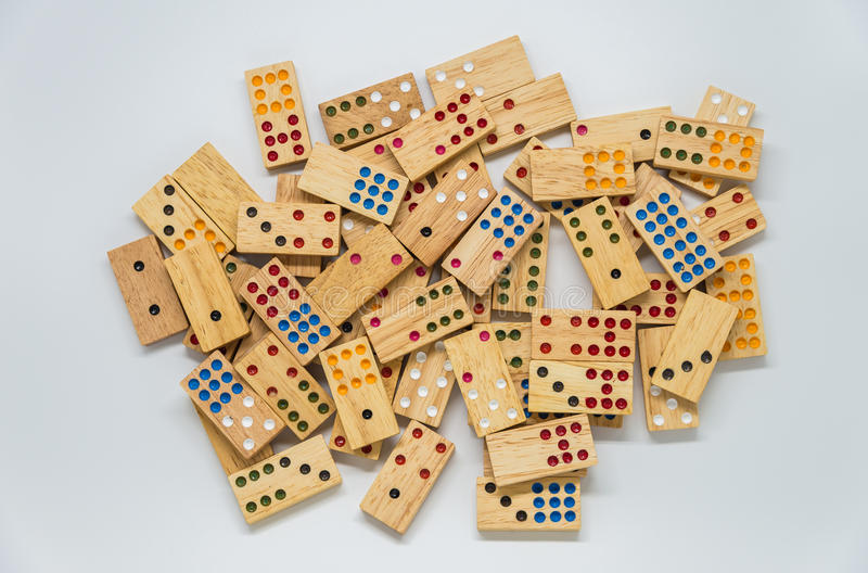 Veel houten domino's op witte achtergrond met selectieve nadruk royalty-vrije stock afbeeldingen
