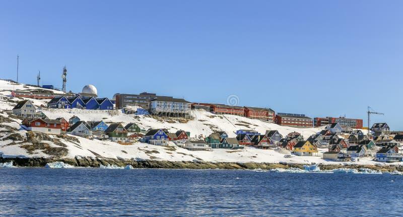 Veel Inuit-hutten en het leven gebouwen verspreidden zich op de rotsachtige kust langs de fjord, Nuuk-stad stock afbeeldingen