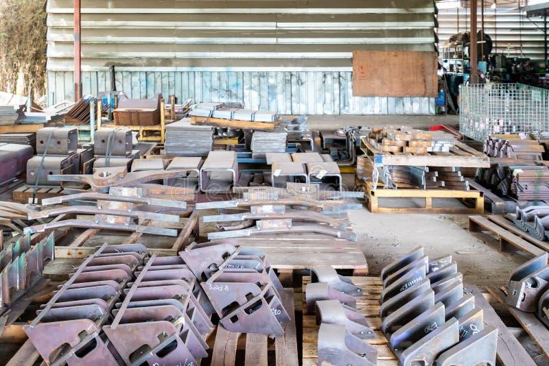 Veel materiaal voor het deel van het Staallassen voor industriële plaats op houten palet bij fabriek stock foto's