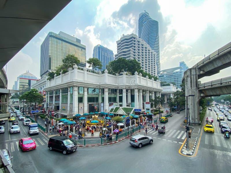 Veel mensen bidden om respect te hebben voor het beroemde Gumwan-schrijn in Ratchaprasong Junction in de hoofdstad Bangkok royalty-vrije stock afbeeldingen