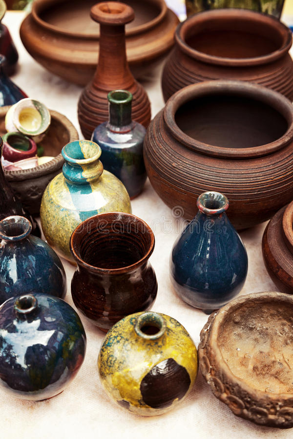 Veel met de hand gemaakt aardewerk - ceramische potten en vazen bij aardewerkwinkel stock foto