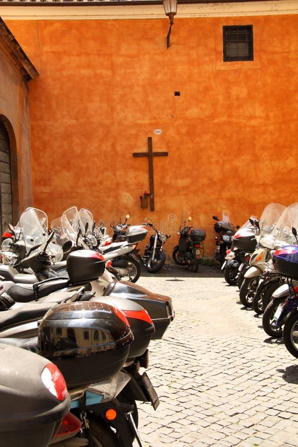Veel motorfietsen in een stad stock foto's